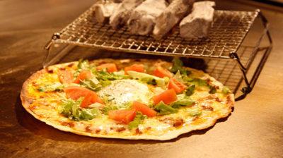 鉄板と備長炭で焼く自慢のピザ
